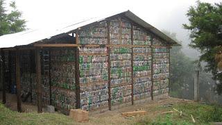 casa construida con botellas de plastico