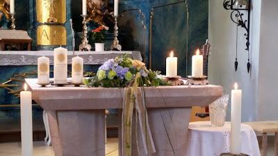 Altar flowers coral, baby blue and mint - Birdcage vintage wedding - Irish wedding in Bavaria, Riessersee Hotel Garmisch-Partenkirchen, wedding venue abroad
