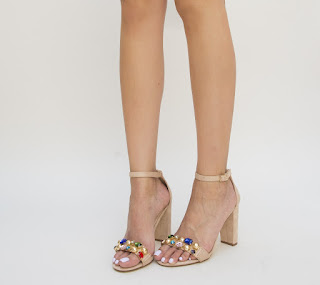 sandale bej cu pietre colorate si toc gros