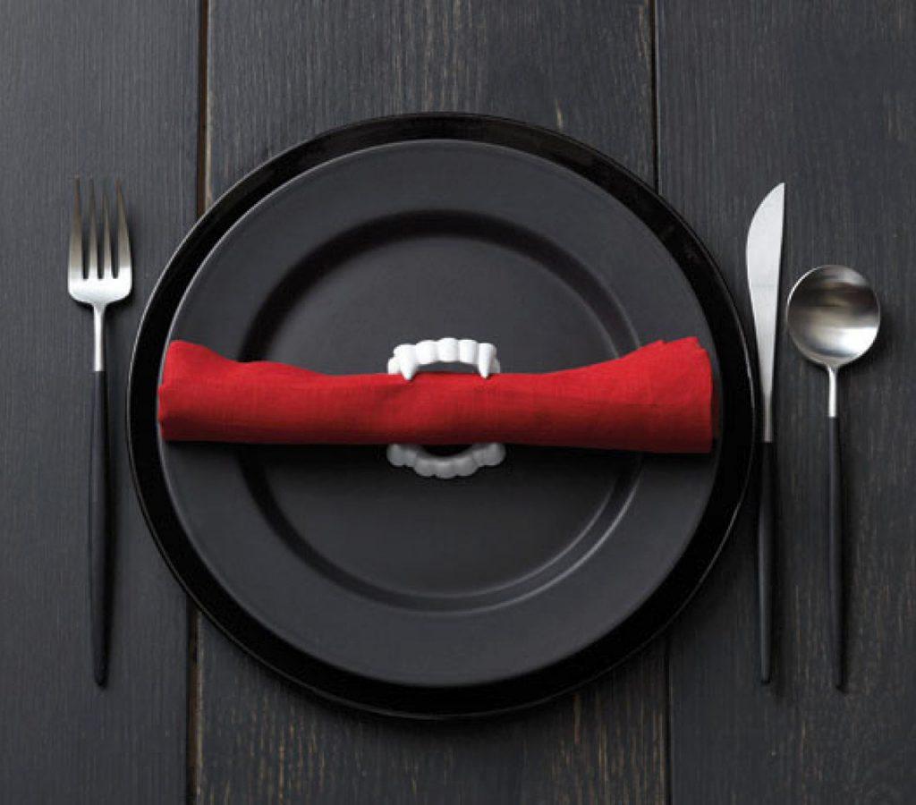 como decorar tu mesa de Halloween con servilleteros de dentadura de drácula fácil y económico