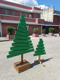 Árbol navideño hecho con palets de madera reciclados con repisas
