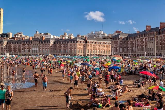 Día soleado de playa en Mar del Plata