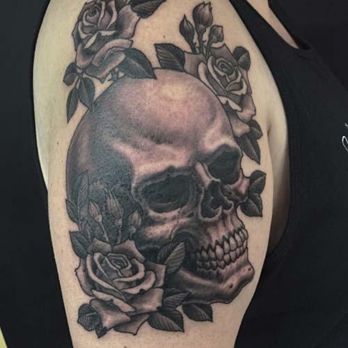erkek omuz çiçekli kuru kafa dövmesi man shoulder floral skull tattoo