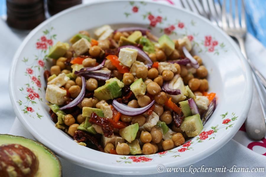 Salat mit Kichererbsen, Avocado und getrocknete Tomaten