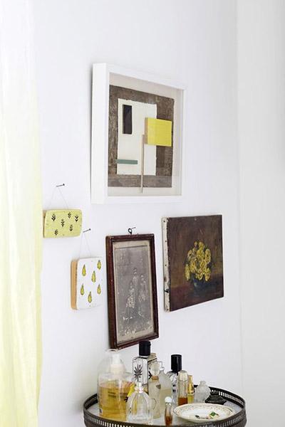 décoration plateau à parfum et cadres aux murs