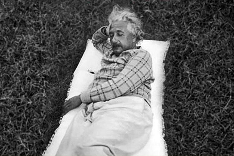 Albert Einstein akşamları uyumasına karşın gün içinde de uyurdu, uyuduğunda uyandırması için elinde metal kaşık olurdu.
