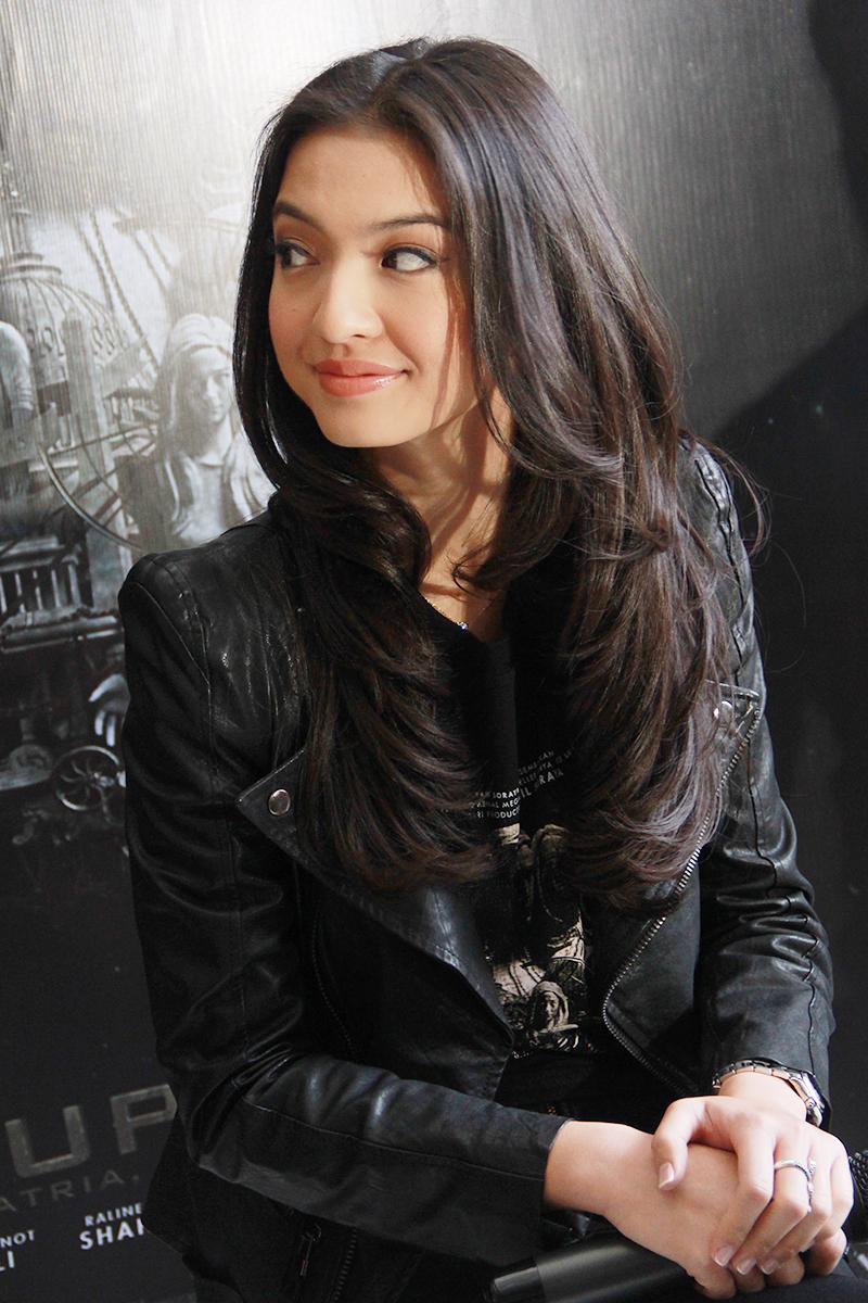 artis seksi dan tomboy manis Raline Shah