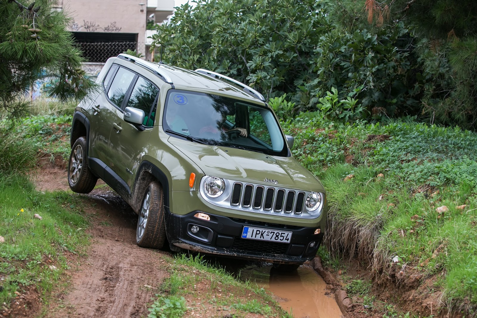 KF 1515 Πετάμε ένα Jeep Renegade σε λάσπες, πέτρες, άμμο, λίμνες. Θα τα καταφέρει;
