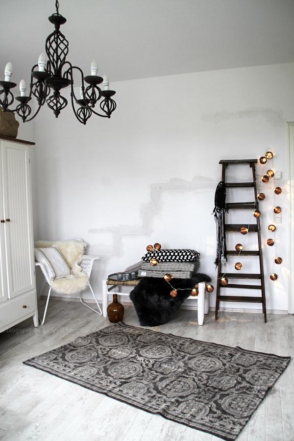 DekoDonnerstag, Schlafzimmer in Weiß Grau Holz mit Bohoelementen, orientalische Accessoires, schwarze Ballonlichterkette
