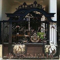 Pintu Gerbang Pagar Klasik Sederhana yang telah terpasang di kota depok dengan desain yang mewah, cocok untuk rumah semi klasik