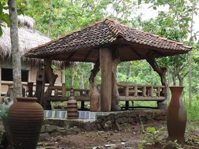 Model Gasebo Kayu Sederhana di Halaman