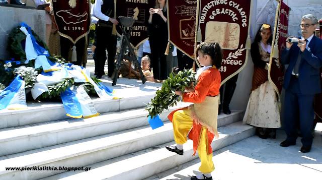 Η κατάθεση στεφάνων στο μνημείο της πλατείας Γενοκτονίας του Ποντιακού Ελληνισμού. (ΦΩΤΟ)