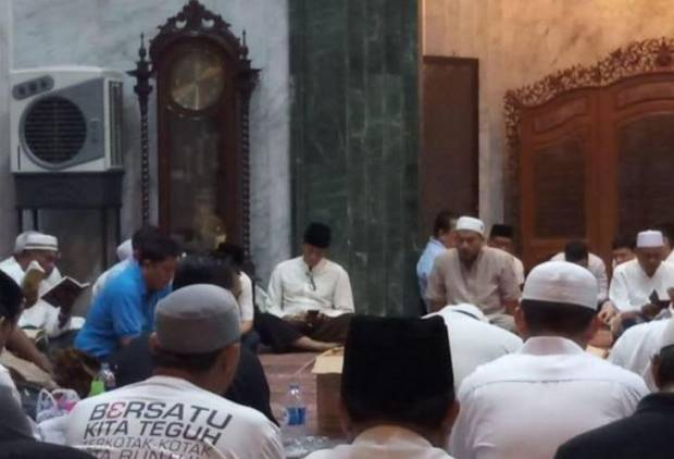 Berangsur Pulih Sandiaga Uno Hadiri Malam Nisfu Sya'ban di Masjid At-Taqwa
