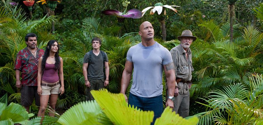 Luis Guzman, Vanessa Hudgens, Josh Hutcherson, Dwayne Johnson şi Michael Caine în Journey 2: Mysterious Island