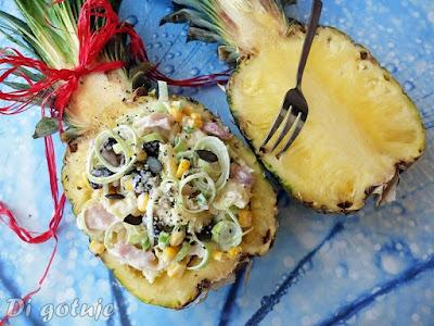 Sałatka w ananasie (z wędzonym kurczakiem)