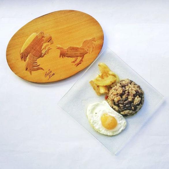 El gallo pinto o gallopinto es un plato tradicional americano que consiste en una combinación de arroz y frijoles.