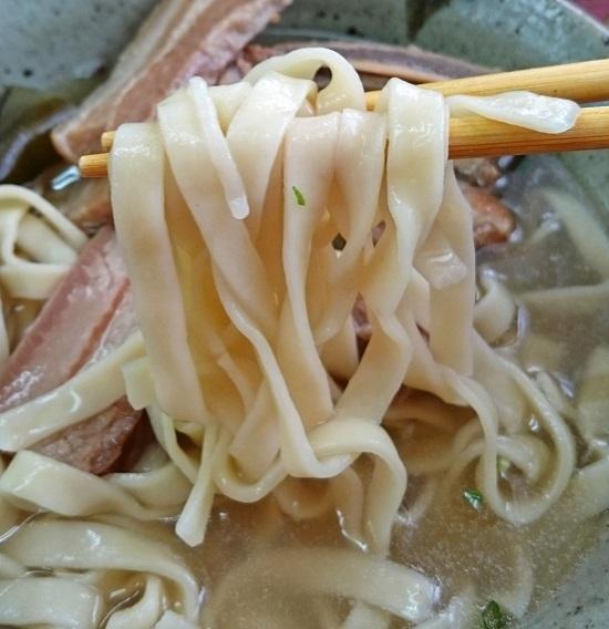 具志堅そば(大)の平麺の写真