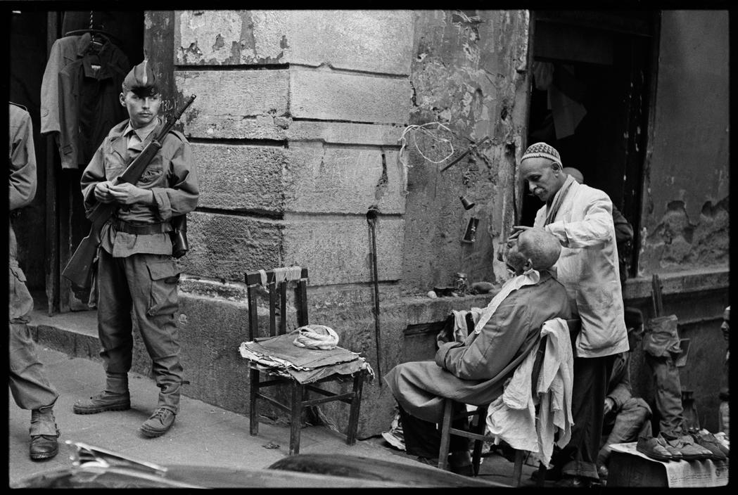 40 Amazing Historical Pictures - In the Casbah district, French troops stand guard, always on the lookout for possible riots. Algiers, 1960.