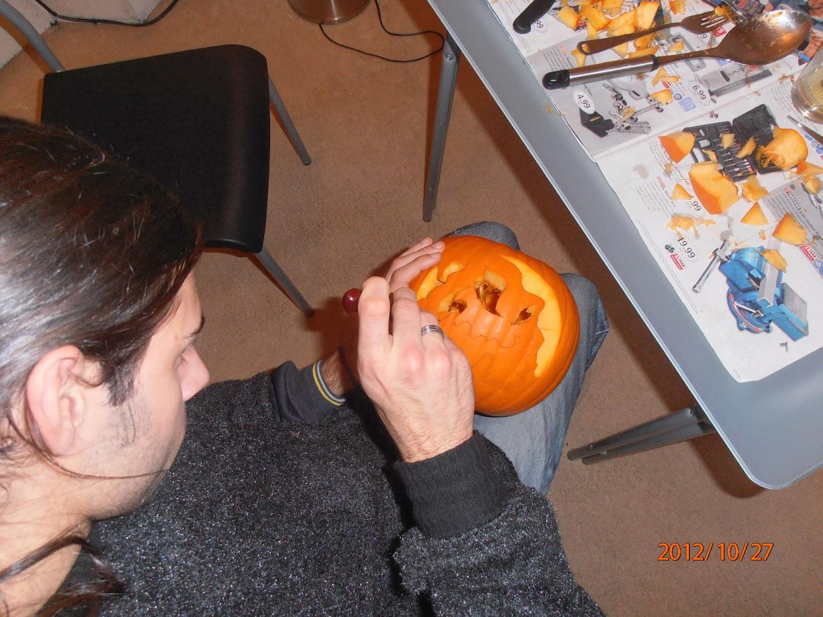 Halloween-i tökfaragás késsel