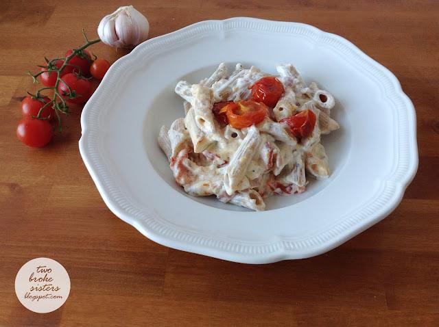 Makaron z kremowym czosnkowym sosem i pieczonymi pomidorkami twobrokesisters