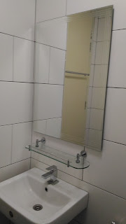 Warih Homestay : Cermin Dinding & Rak Toiletries Yang Telah Siap Dipasang Dengan Kemas