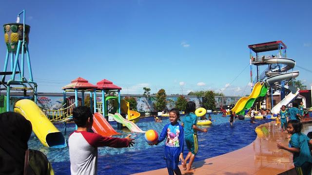 Kolam Renang dan Seluncuran di Aquatics STKIP PGRI Jombang