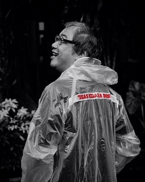 Butet pakai jas hujan Tugas Negara Bos