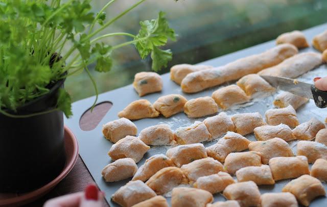 Teigwürste in ca. 2 cm lange Gnocchi schneiden