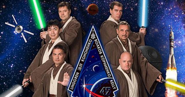 Astronot NASA Yang Berpose Ala Poster Star Wars