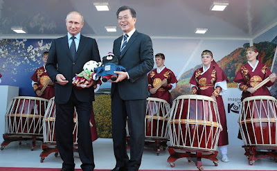 Vladimir Putin and President of South Korea Moon Jae-in at the exhibition.