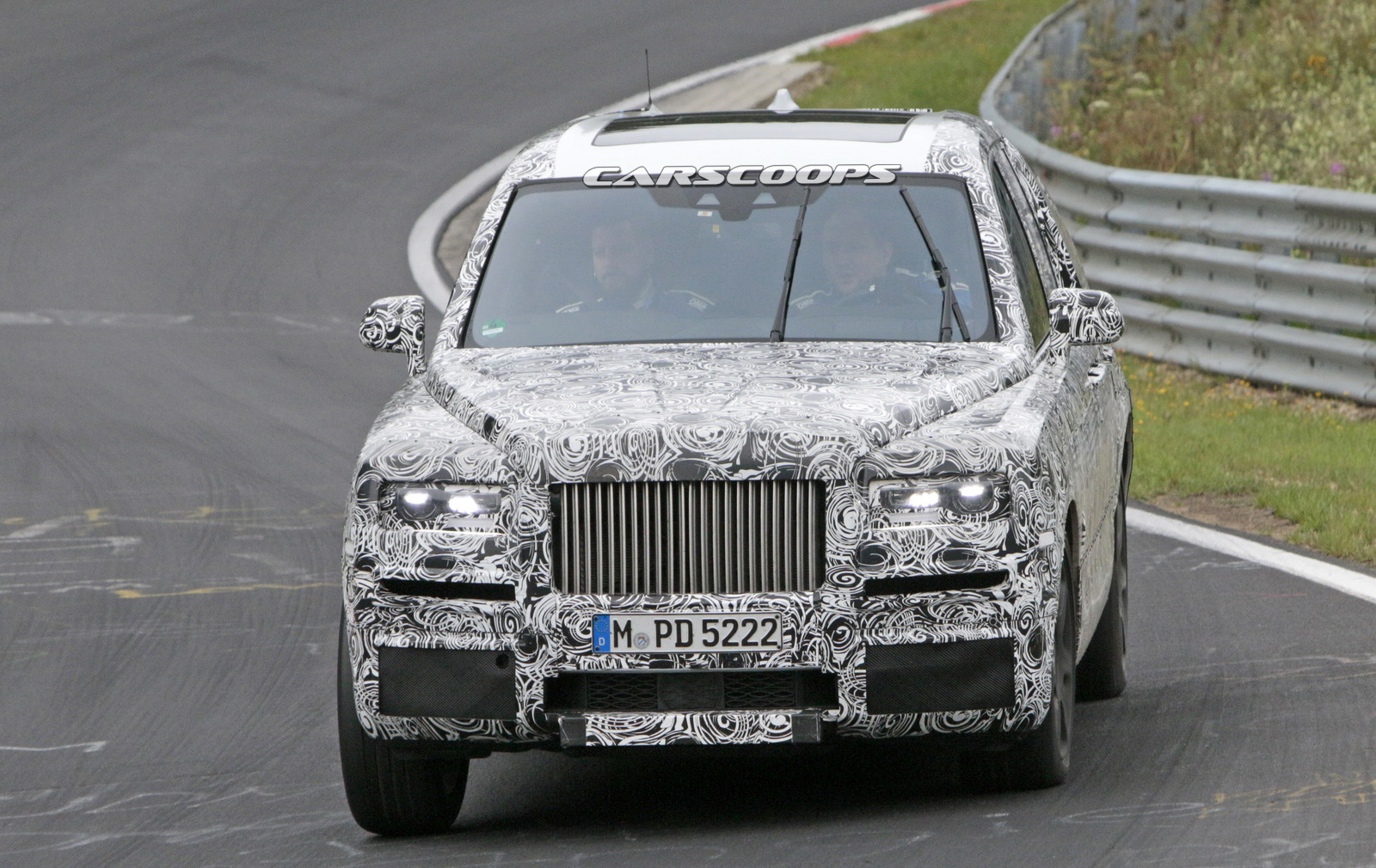 le futur suv rolls royce cullinan 2018 fond sur la nordschleife. Black Bedroom Furniture Sets. Home Design Ideas