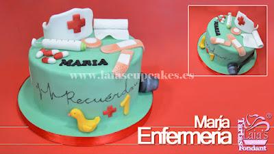 Tarta personalizada de fondant con modelados de pasta de azúcar para enfermera enfermería Laia's Cupcakes Puerto Sagunto