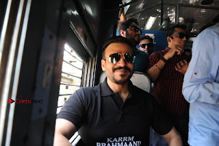 Bollywood Actor Vivek Oberoi Snapped Travelling by Local Train to Kelve  0011.JPG