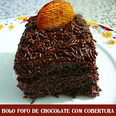 Bolo fofo de chocolate com cobertura
