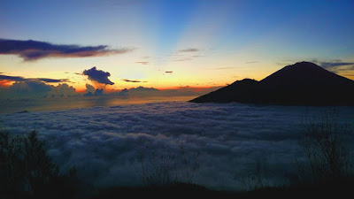 foto lautan awan di puncak gunung batur