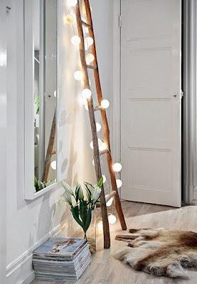 Escada em madeira rústica como luminária com cordão de luz