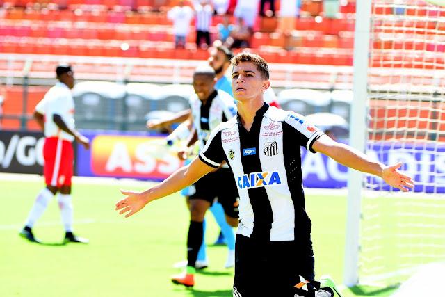 O meia Vitor Bueno foi o autor do primeiro gol santista no Pacaembu (Foto: Sergio Barzaghi/Gazeta Press)