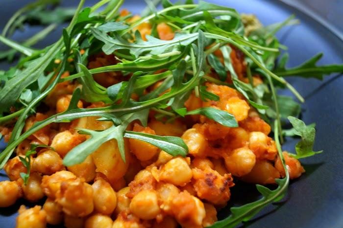 Kartoffeln und Kicherbsen auf Rucola