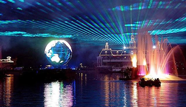 Vista do lago e globo no Show de Fogos IlumiNations no Epcot Disney em Orlando