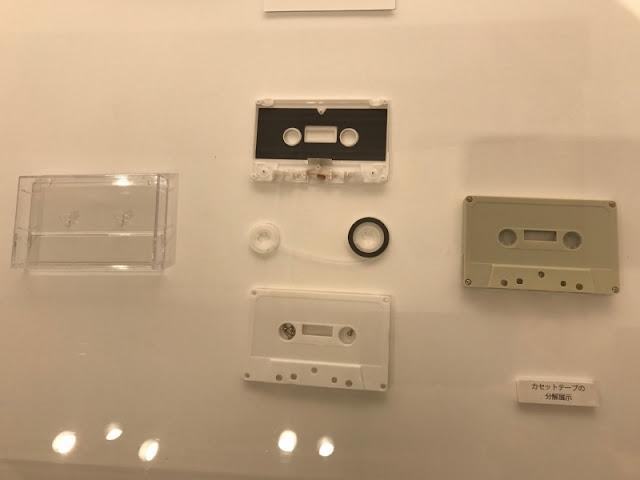 カセットテープを分解した模様の展示です。