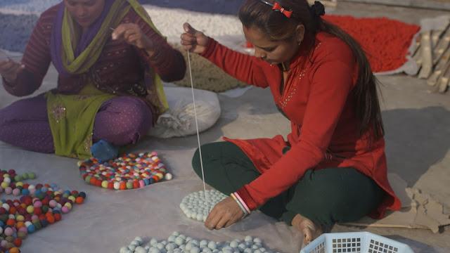 I tappeti dipalline di feltro sono realizzati in Nepal e sono 100% lana nuova e pura