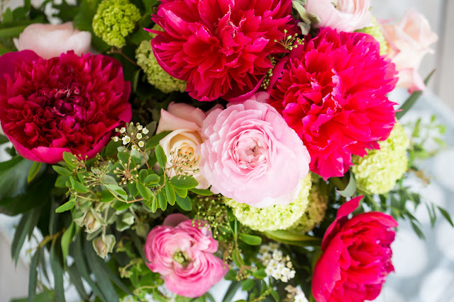 Muttertagsstrauß mit Pfingstrosen, Ranunkeln, Rosen und Schneeball