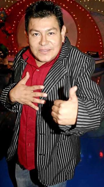 Foto de Dilbert Aguilar posando para fans