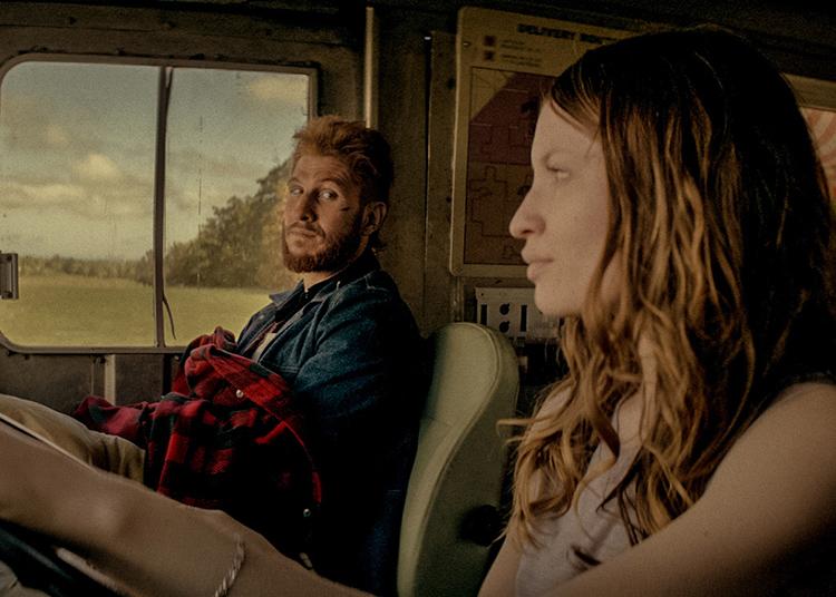 Mad Sweeney (Panlo Schreiber) forma dúo cómico con Laura Moon (Emily Browning) en American Gods, de Starz y Amazon Prime Video