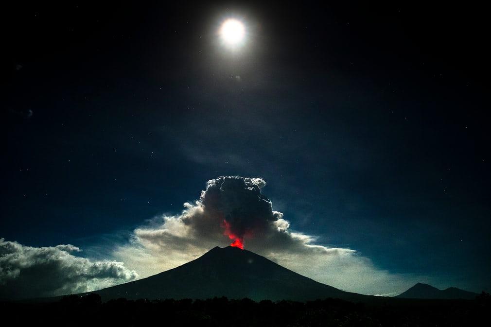 Виверження вулкана на горі Агунг (Індонезія)