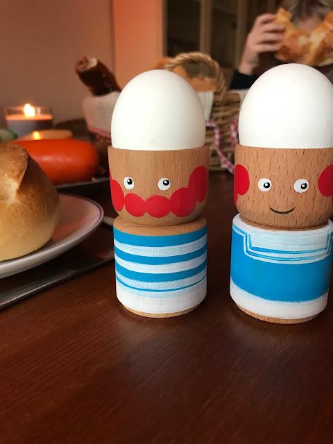 Sonntagsfrühstück mit originellen Eierbechern von Eierpupeier