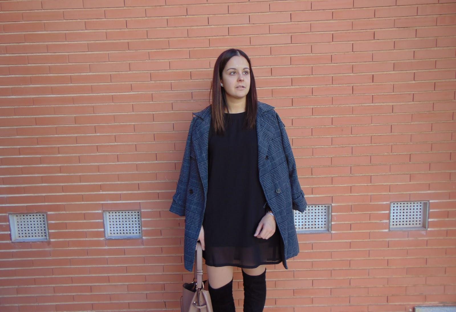 Vestido negro con botas camel