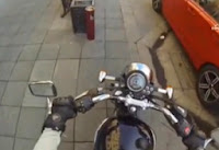 Arabasından Yola Çöp Atanlara Motosikletli Kızın Verdiği Ceza