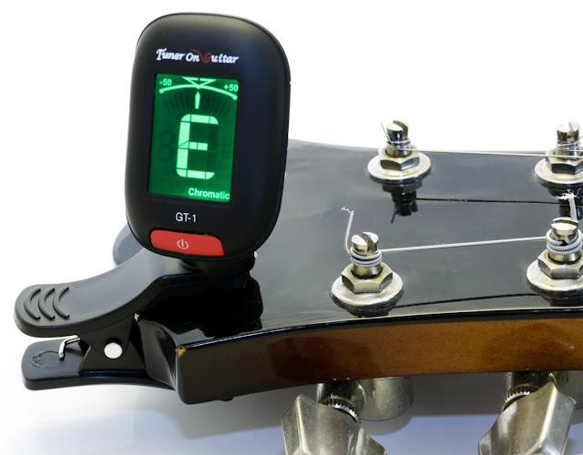 Lên dây đàn guitar bằng tuner