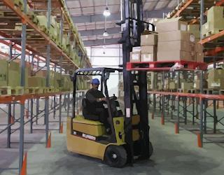 Gudang / Warehouse Dengan Forklift Untuk Handling Stok Barang